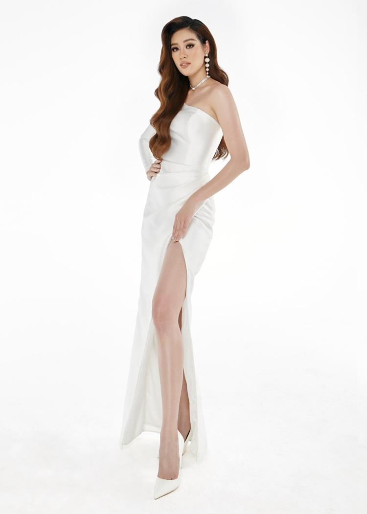 Khánh Vân mặc đầm lệch vai tôn dáng.