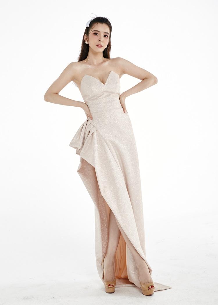 Huỳnh Vy mặc đầm xẻ ngực phom dáng bất đối xứng.