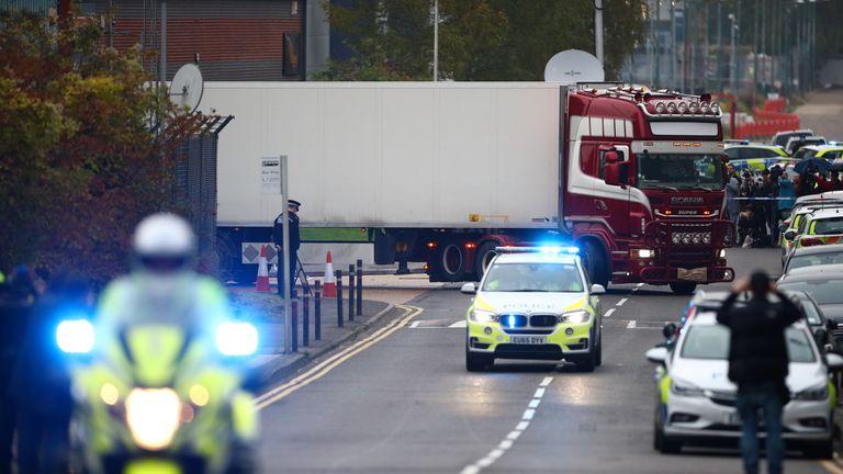 Chiếc container chở 39 thi thể rời khu công nghiệp ở Grays, hạt Essex, Anh. Ảnh: PA.