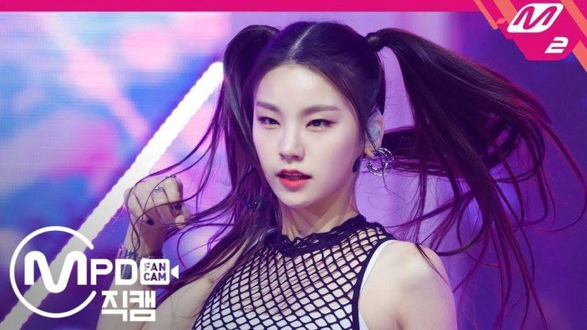 Cũng hoạt động dưới trướng JYP Entertainment, Yeji (ITZY) dù không phải gương mặt của nhóm hay giữ vị trí trung tâm nhưng cô nàng luôn chiếm vị trí nổi bật bởi thần thái thu hút, khả năng vũ đạo và làm chủ cơ thể tốt.