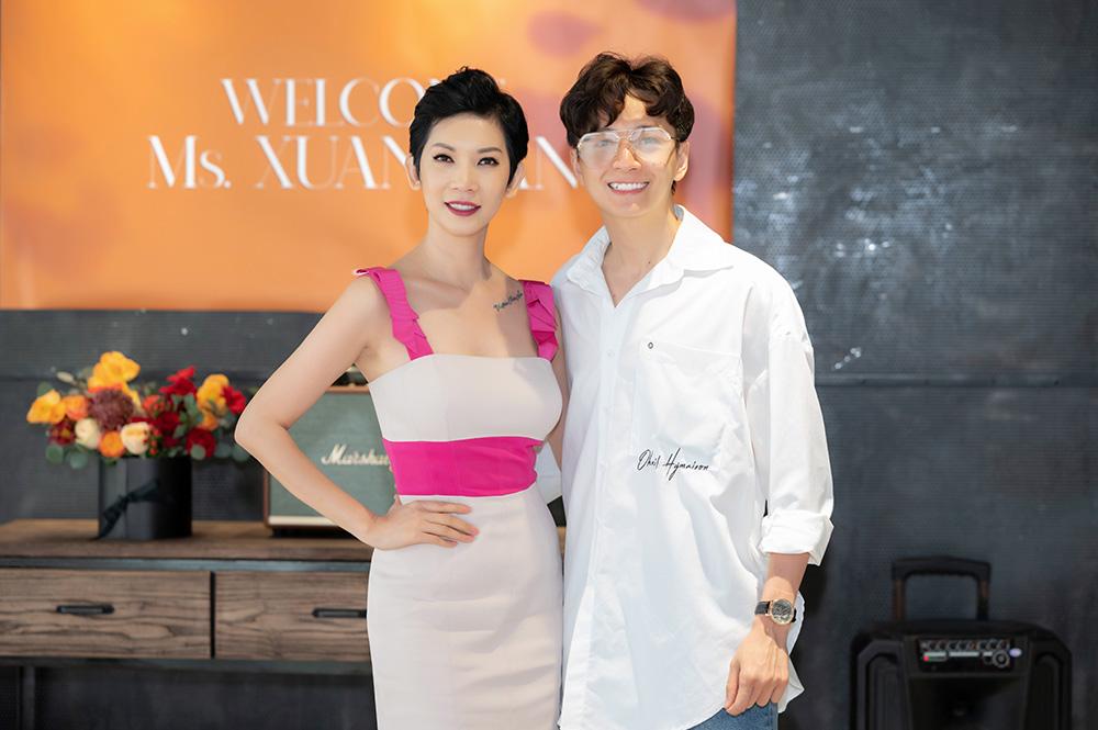 Chương trình diễn ra tại quán cà phê do Ngô Kiến Huy làm chủ. Gần đây, nam ca sĩ khá thành công khi lấn sân công việc kinh doanh.