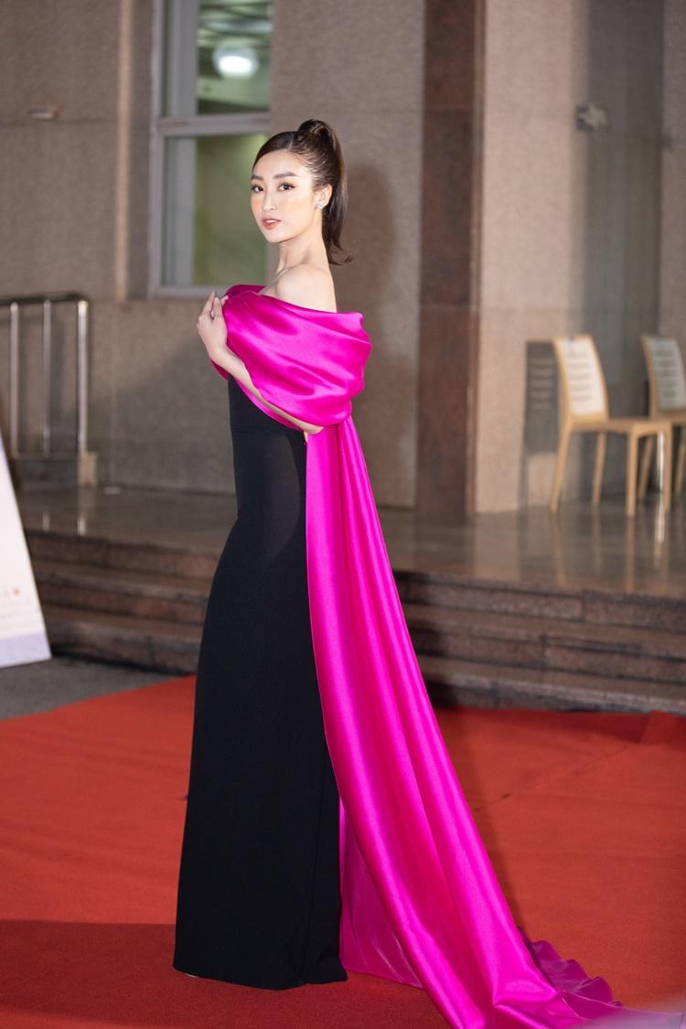 Đỗ Mỹ Linh mặc đầm trần vai. Cô là một trong những giám khảo của cuộc thi năm nay.