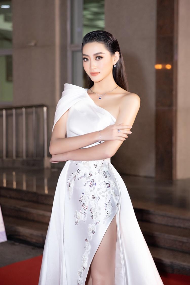 Lương Thùy Linh mặc đầm lệch vai. Người đẹp quê Cao Bằng đảm nhận vai trò MC đêm bán kết.