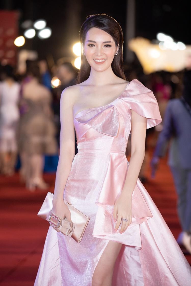 Thụy Vân diện đầm hồng pastel. Cô tự tin ở lần đầu ngồi ghế giám khảo Hoa hậu Việt Nam.