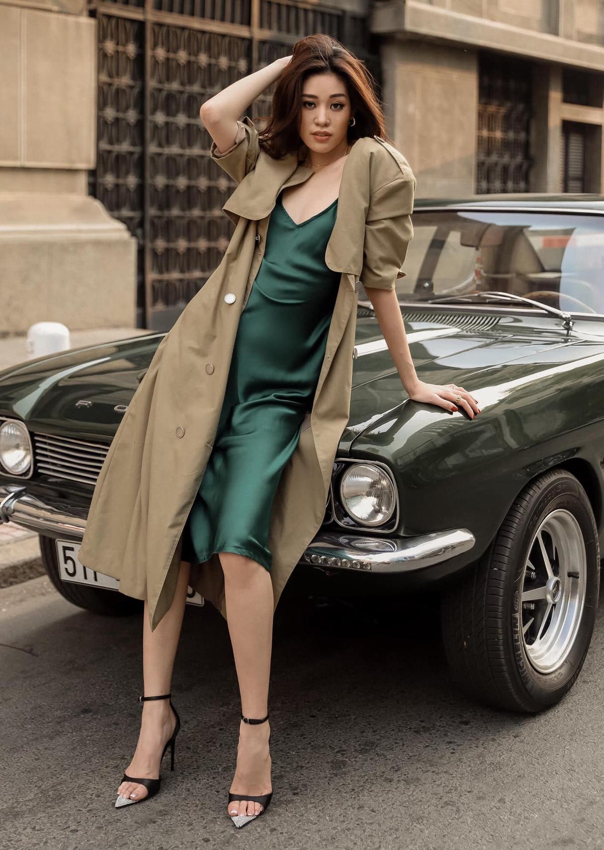 Vừa sang thu, Khánh Vân liền lên đồ cực style xuống phố. Hoa hậu sáng tạo khi mix trench coat với váy lụa, tạo nên bộ cánh thanh lịch mà cũng rất sexy.