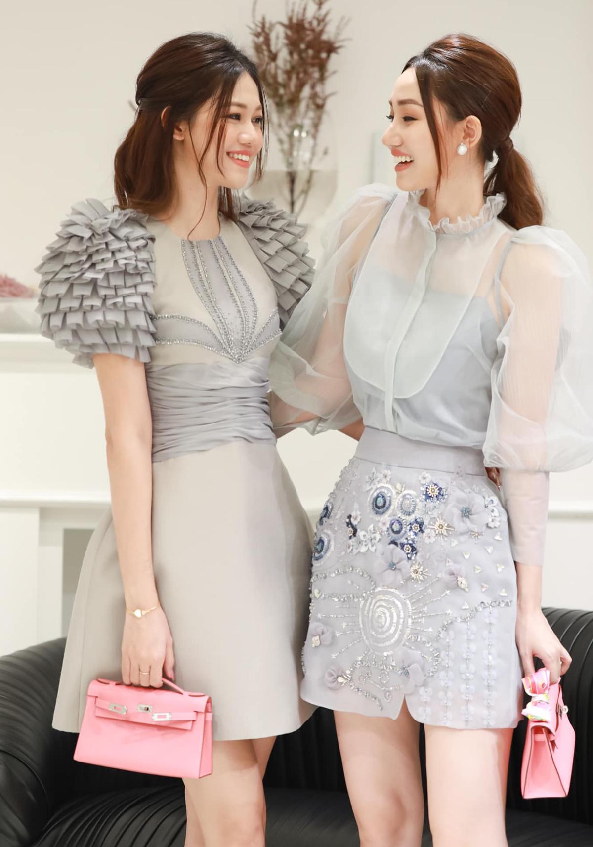 Hai chị em Thanh Tú - Trà My có sở thích diện đồ đôi. Không chỉ cùng mặc váy xám nữ tính, bộ đôi á hậu còn rủ nhau tông xuyệt tông túi xách hồng.