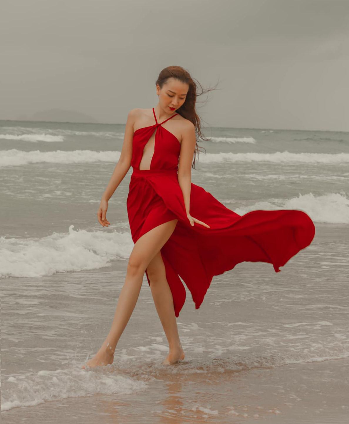 Chiếc váy đỏ bay bổng, cắt khoét sexy giúp Băng Di khoe vóc dáng.