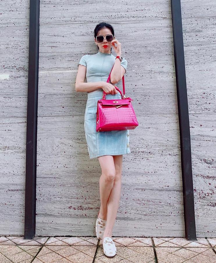 Chiếc túi Hermes hồng được Lệ Quyên chọn làm điểm nhấn cho bộ trang phục khá đơn giản.