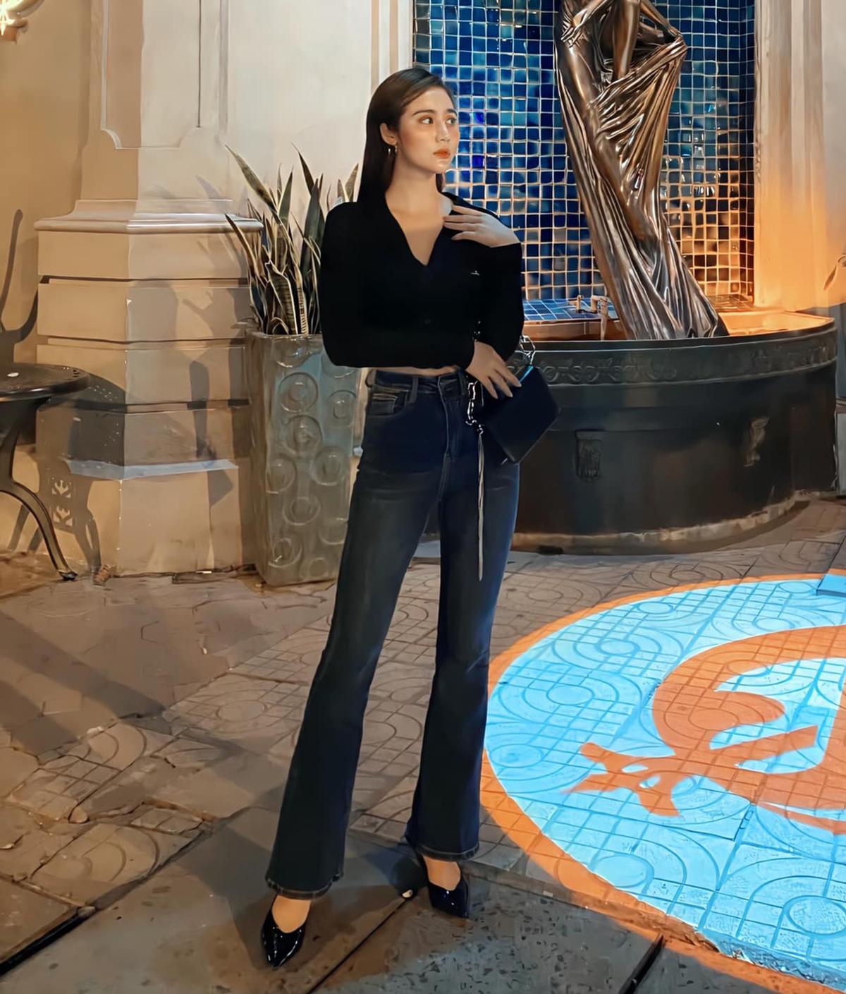 Huyền Lizzie giúp thân hình trông cao ráo, mảnh mai hơn bằng cách diện croptop kết hợp cùng quần ống loe.