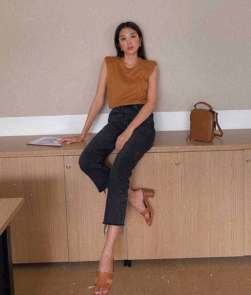 Tăng Thanh Hà phối đồ đơn giản nhưng trông vẫn đầy sành điệu. Nữ diễn viên tinh tế khi chọn áo, túi và dép có màu sắc ăn rơ hoàn toàn.