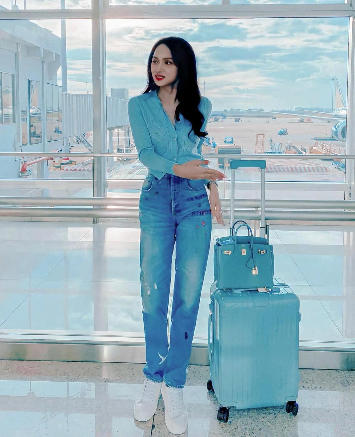 Hương Giang tiết lộ gần đây cô rất thích màu xanh. Ra sân bay, hoa hậu diện cả cây tông xanh pastel cực mát mắt.