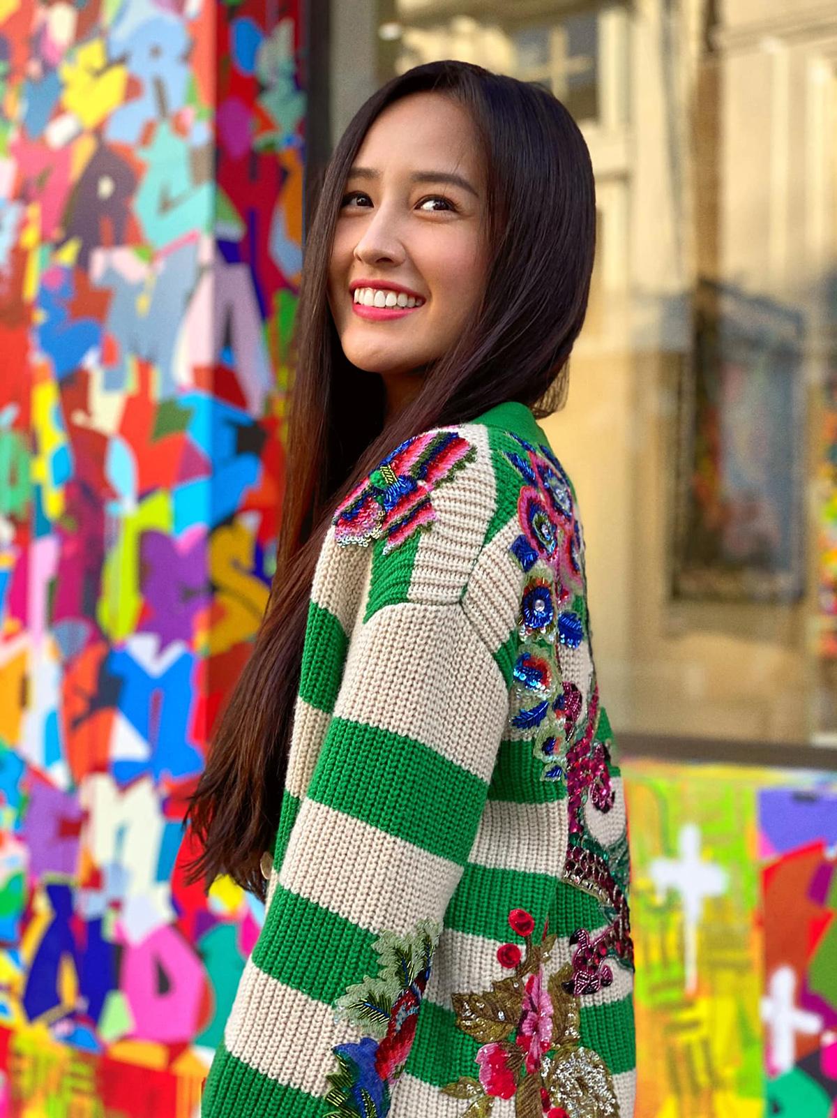 Xuống phố Hà Nội dịp cuối tuần, Mai Phương Thúy diện chiếc cardigan màu sắc để phù hợp với thời tiết se lạnh ngày sang thu. Thiết kế có họa tiết sọc ngang màu xanh, phía sau lưng và trên vai thêu hình chim công nhiều màu sặc sỡ làm điểm nhấn, là một sản phẩm limited của Gucci.