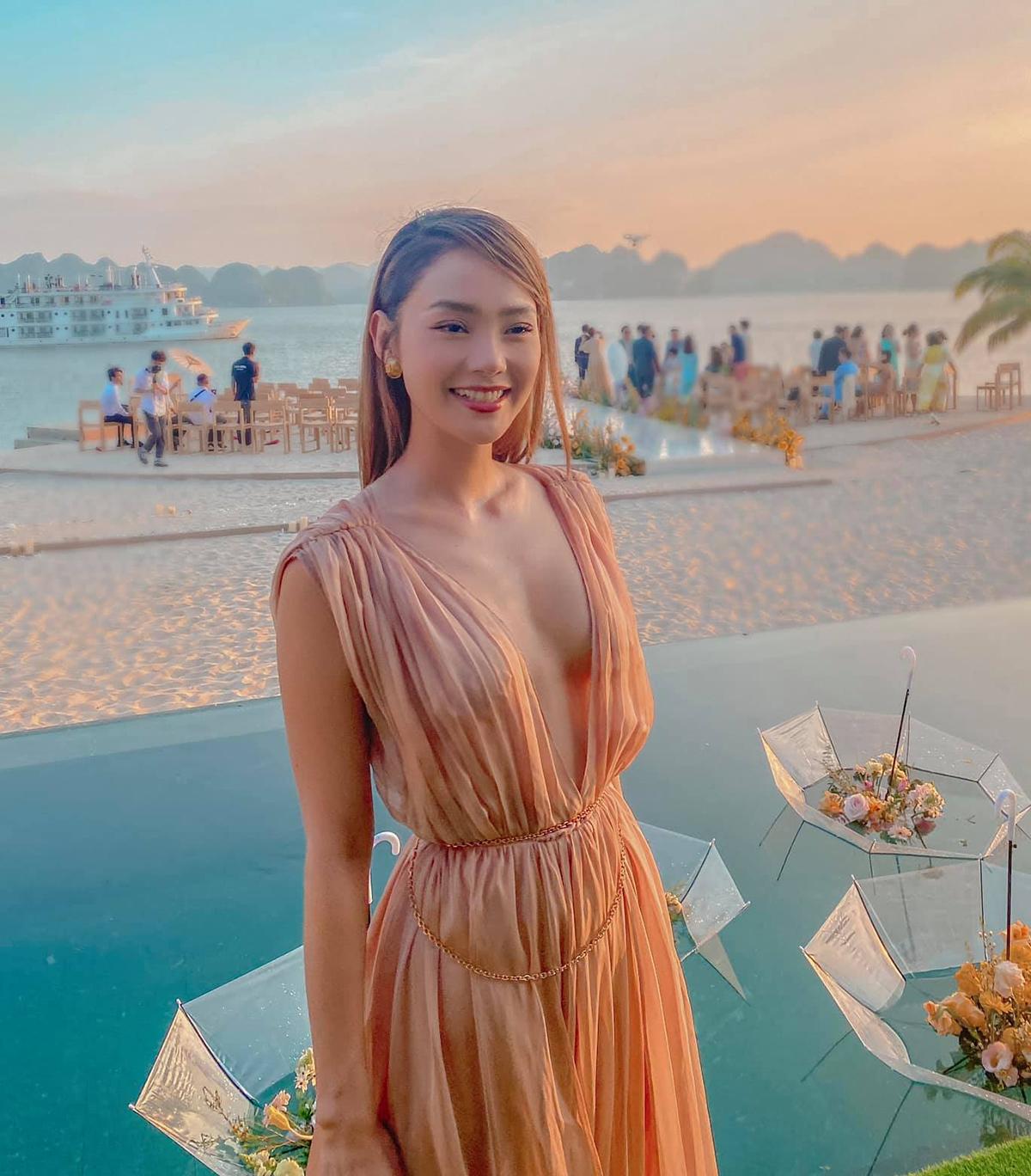 Trang phục đi ăn cưới của Minh Hằng.