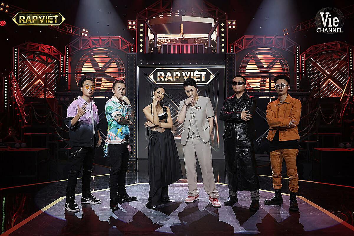Rhymastic (ngoài cùng bên phải) cùng dàn HLV, giám khảo Rap Việt.