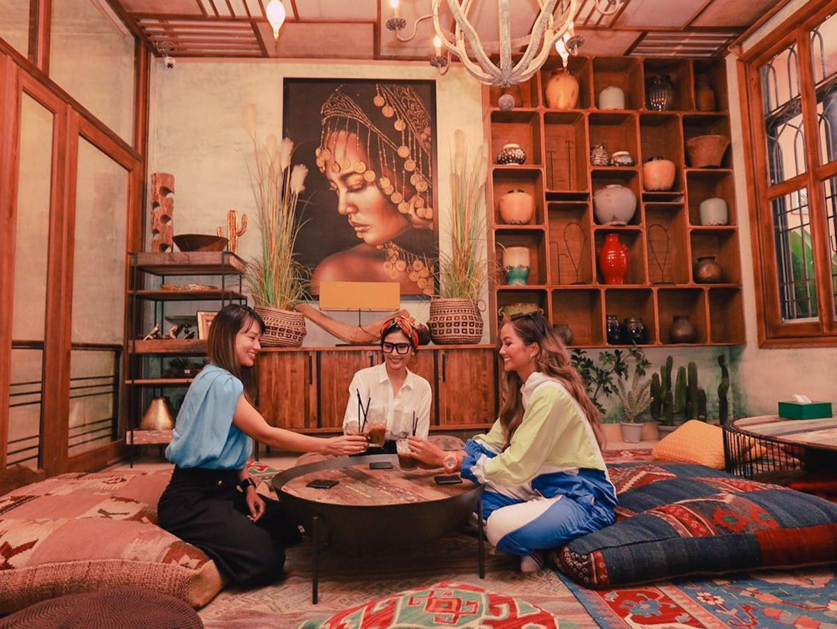 HHen Niê cùng Trương Thị May và Lê Hà trò chuyện thân mật.