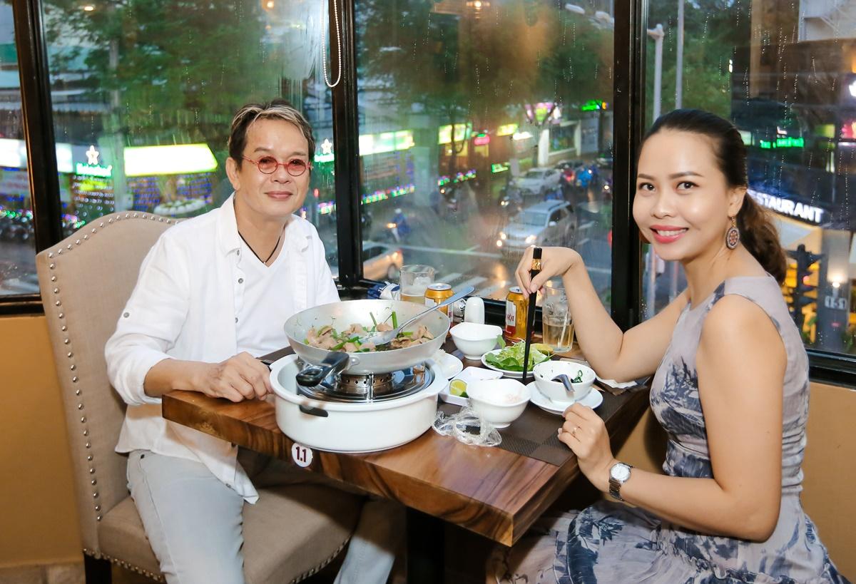 Nhạc sĩ Đức Huy và vợ hiếm khi ăn ở ngoài nhưng vì quý mến Nguyên Khang, anh có mặt từ sớm ở quán để nếm thử món chả cá Lã Vọng.