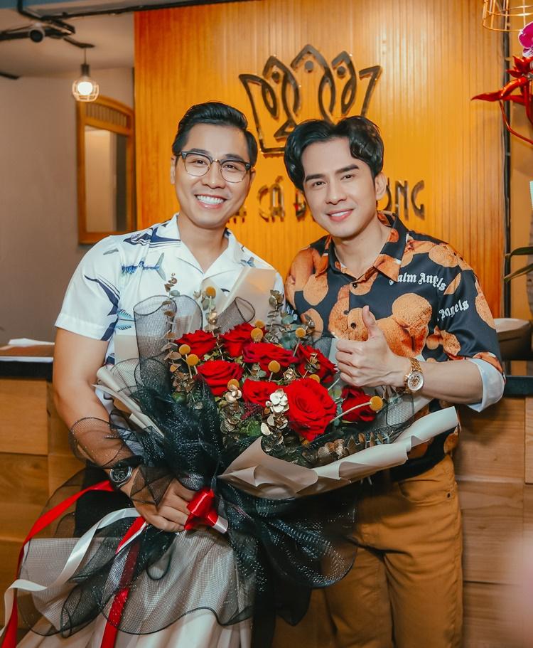 Dù trời TP HCM mưa lớn, Đan Trường vẫn đến nếm thử món chả cá Lã Vọng tại nhà hàng Nguyên Khang vừa khai trương ở quận 3, tối 10/10. Anh tặng nam đồng nghiệp bó hoa lớn để chúc mừng.