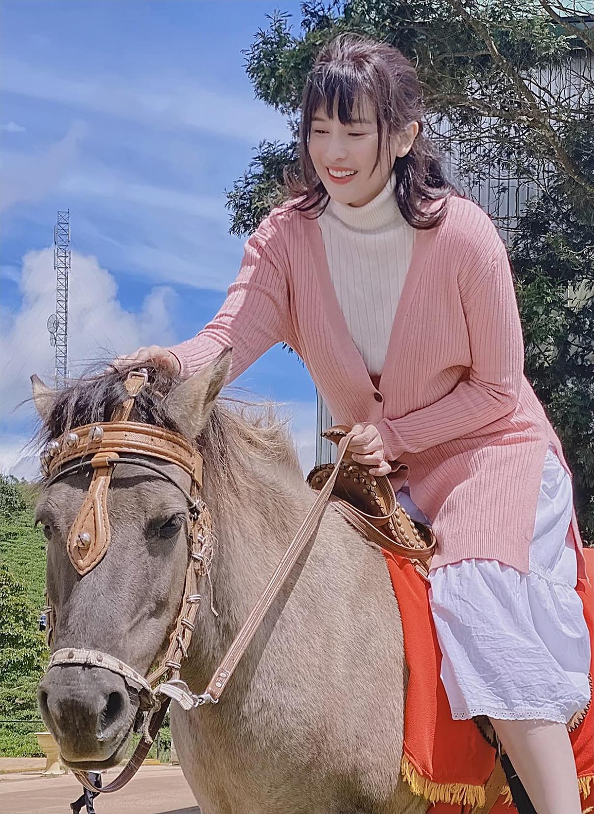 Cao Thái Hà cười tít mắt khi được trải nghiệm cưỡi ngựa.