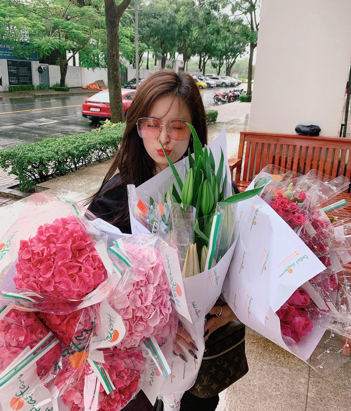 Hoàng Thùy Linh ngày nào cũng mua cả chục bó hoa về cắm để làm đẹp cho không gian sống.