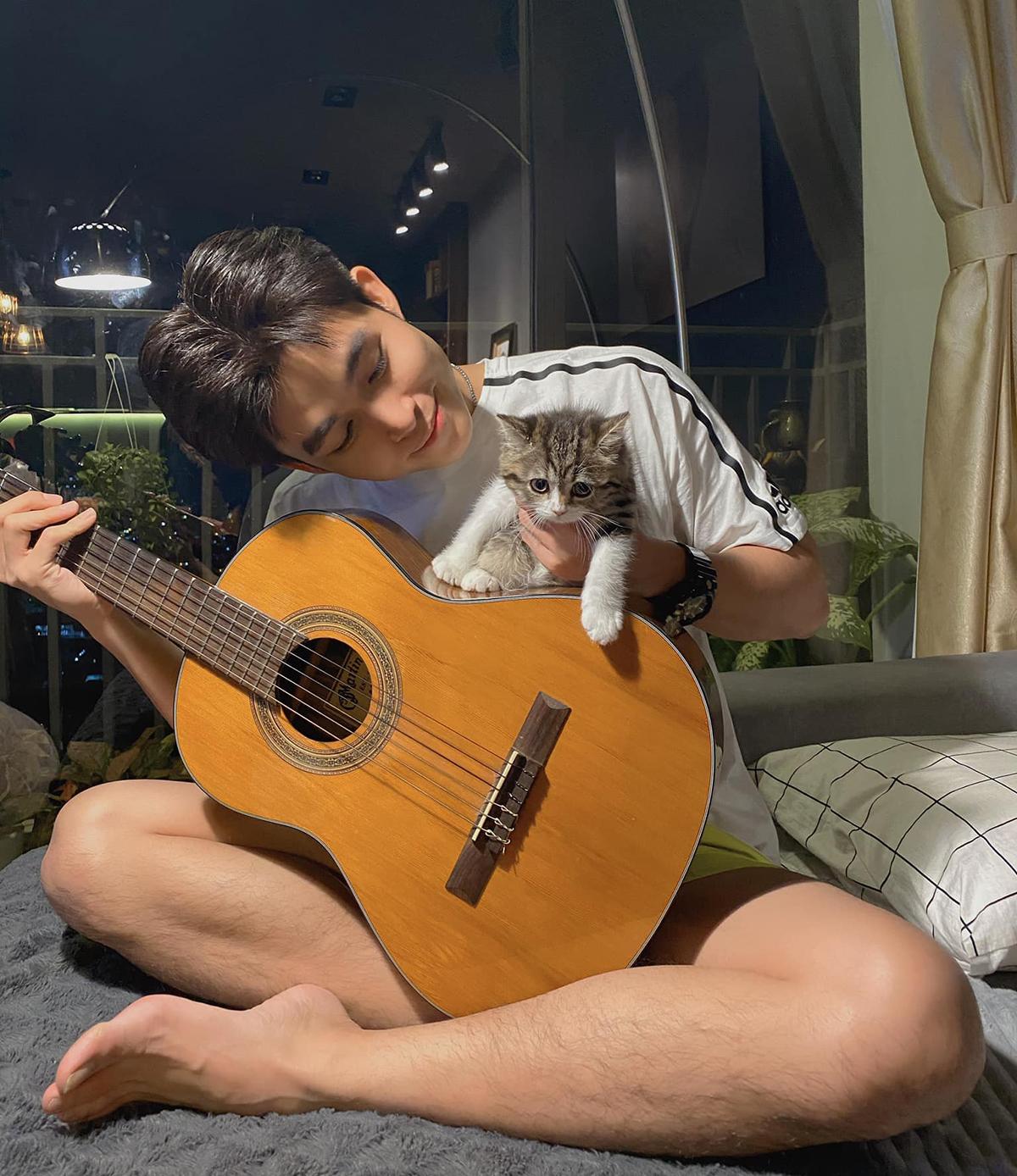 Jun Phạm tâm sự cuộc sống của anh không thể thiếu âm nhạc và những bé mèo cưng.