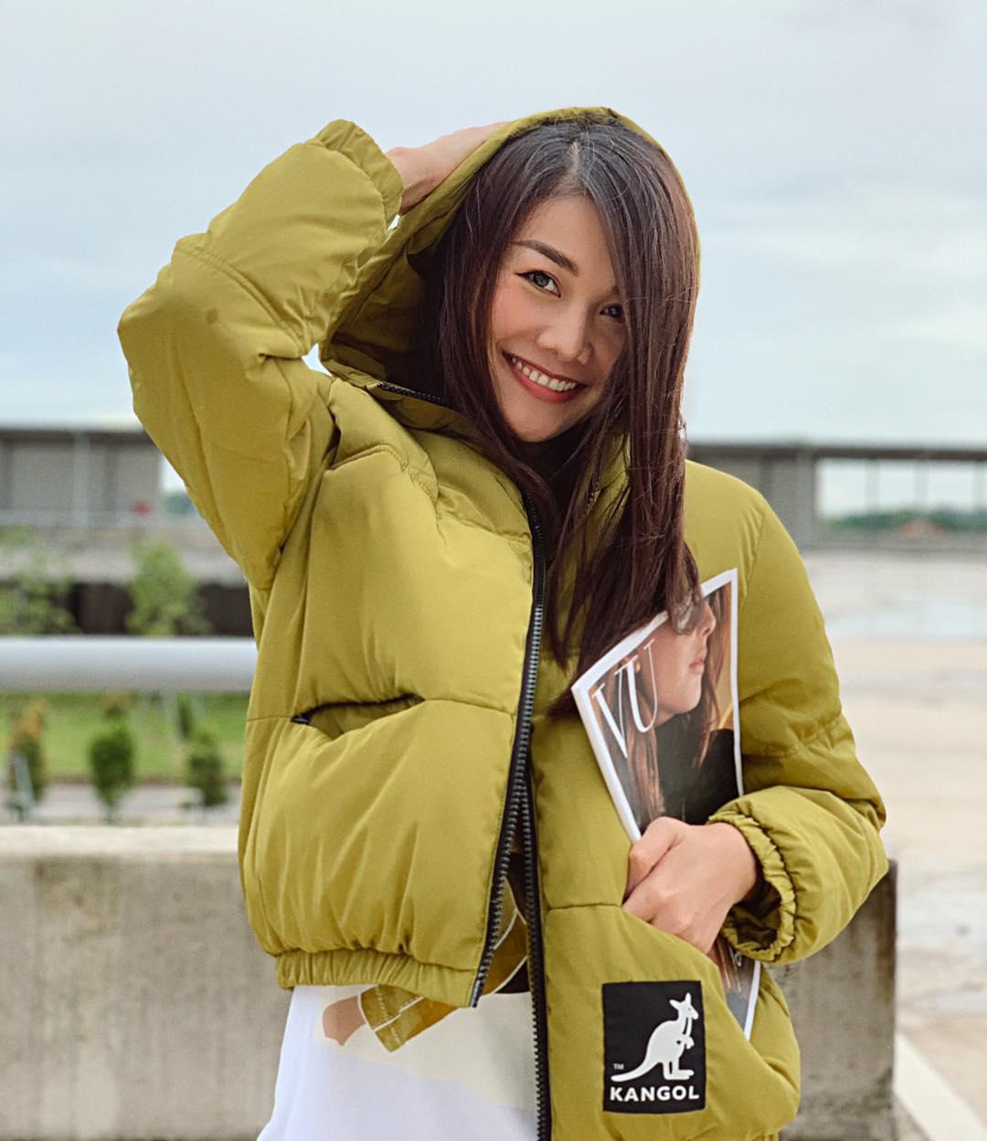 Ra bến xe, Thanh Hằng gây tò mò khi diện áo khoác phao to sụ chẳng khác gì giữa mùa đông.