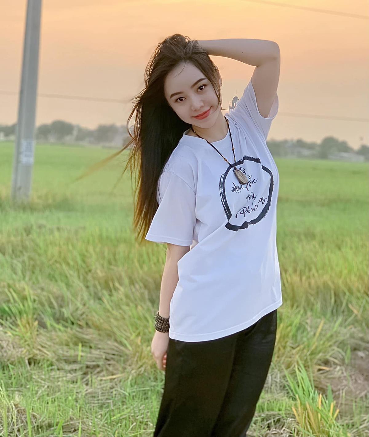 Quỳnh Kool khoe vẻ đẹp ngây thơ, trong trẻo bên đồng lúa.