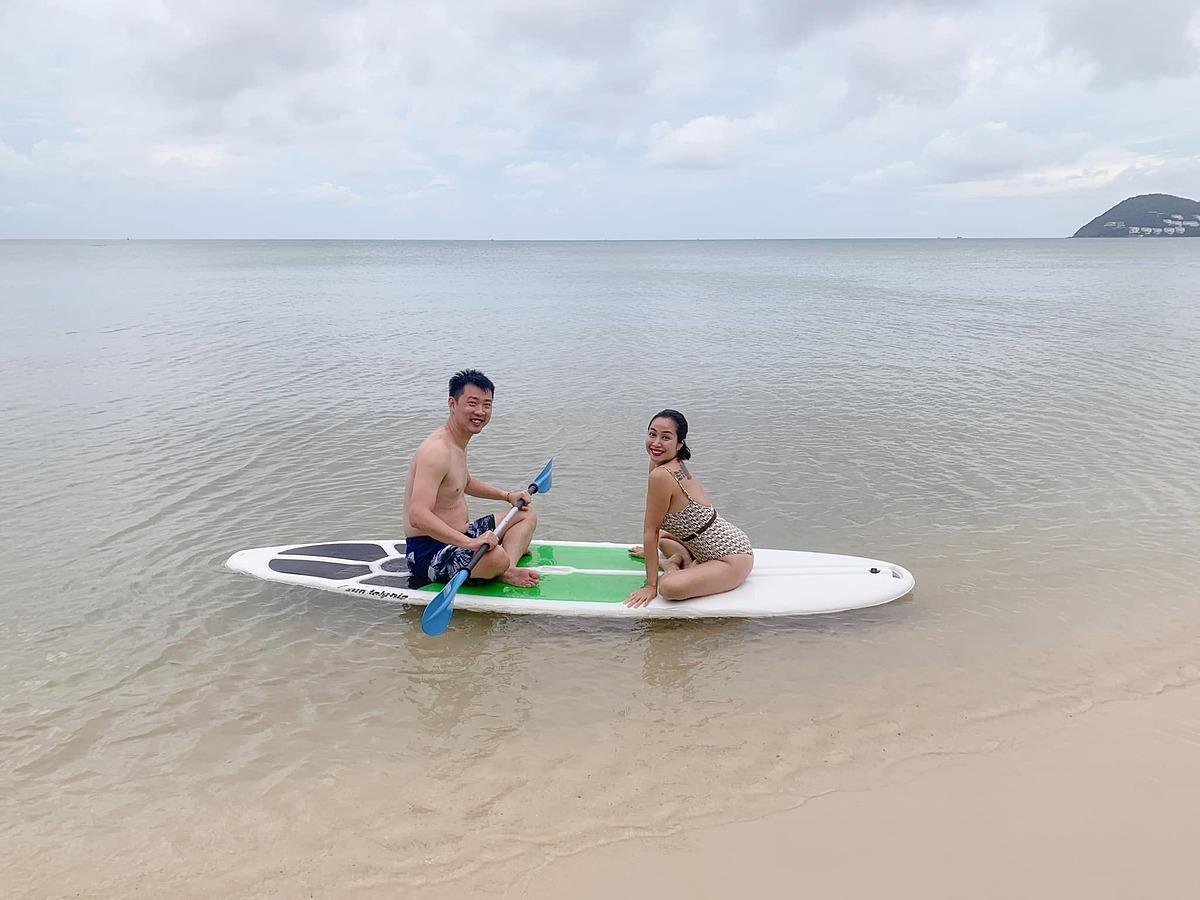 Sau khi đi du thuyền ngắm biển, Ốc Thanh Vân và chồng trải nghiệm các hoạt động thể thao dưới nước. Vợ chồng cô chèo thuyền kayak, lặn ngắm san hô.