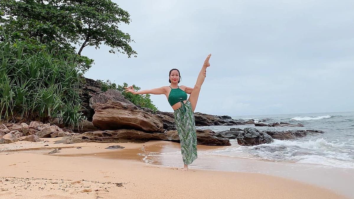 Ốc Thanh Vân tranh thủ tập yoga giữa tiếng sóng vỗ rì rào.
