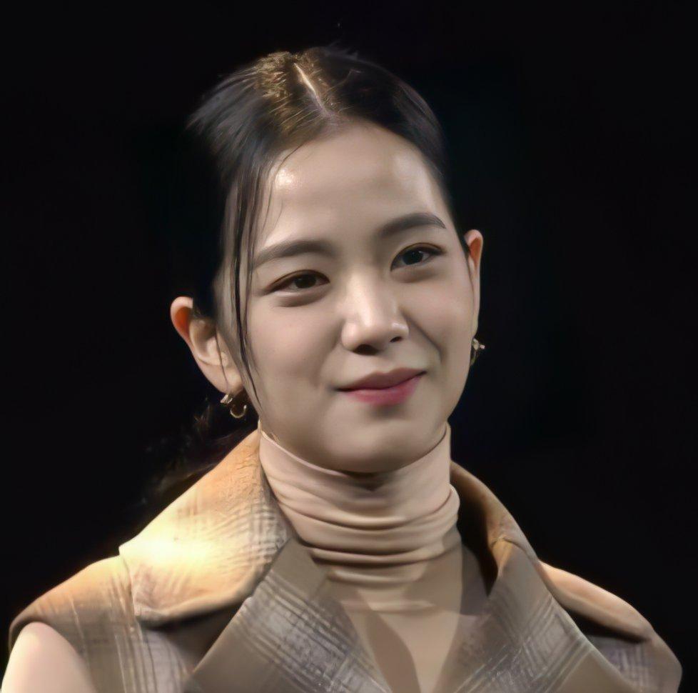 Ji Soo đánh mất phong độ visual, để Rosé lấn lướt trong họp báo