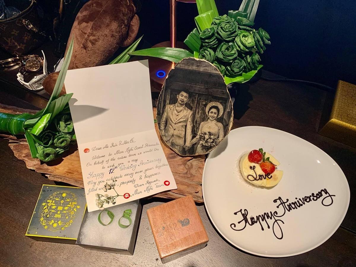 Ốc Thanh Vân thích thú khi thấy hộp quà có nhẫn cỏ đôi, ảnh cưới bằng gõ, cục rubik gỗ vẽ hình cô và ông xã.