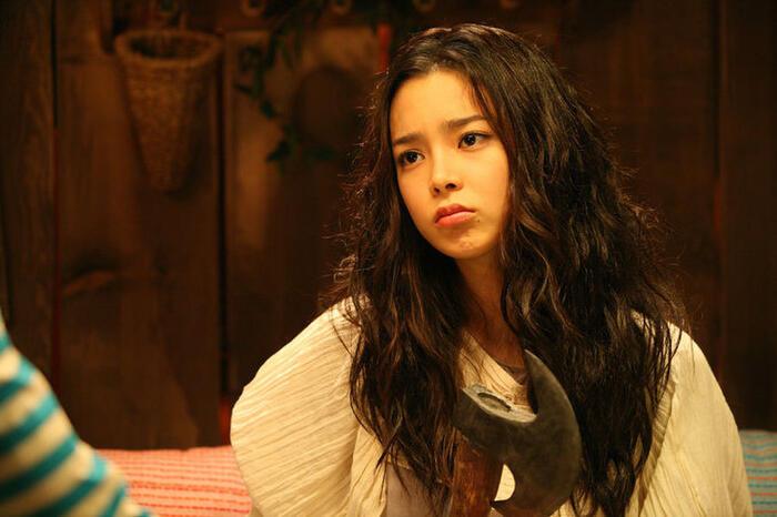 Park Si Yeon cũng từng đốn tim khán giả khi hóa thân thành cô con gái lớn của gia tộc hồ ly trong The Fox Family (2006). Bộ phim ca nhạc hài lãng mạn này xoay quanh một gia tộc hồ ly đang tu luyện để trở thành người. Sau 1.000 năm chờ đợi, họ sẽ được hóa thành người mãi mãi nếu ăn gan của một người còn sống. Tuy nhiên, một vụ án mạng xảy ra gần gia đình đã khiến họ trở thành nghi phạm số 1 của cảnh sát.
