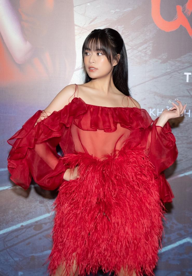 Hoàng Thùy Linh phủ nhận việc phim có NSX Quang Huy nên mới tham gia. 7 năm trước, cô từng thành công khi tham gia phim Thần tượng do Quang Huy làm đạo diễn. Đơn giản vì phim thỏa mãn được sự chờ đợi của tôi, cô nói.
