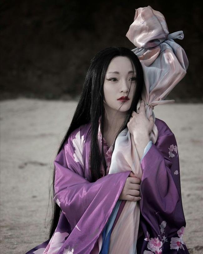 Bên màn ảnh Hoa ngữ, hồ ly tinh Tiểu Duy do Châu Tấn thủ vai trong Họa Bì (2008) được đánh giá là một trong những hồ ly nổi tiếng nhất. Tiểu Duy mang vẻ ngoài lả lơi, chuyên quyến rũ đàn ông để moi tim, duy trì sự sống và vẻ đẹp trẻ mãi không già. Một ngày nọ, nàng được tướng Vương Sinh (Trần Khôn thủ vai) vô tình giải cứu và mang về nhà cưu mang. Tiểu Duy ghen tị trước tình cảm của Vương Sinh dành cho vợ là Bội Dung (Triệu Vy) nên đã dùng ma thuật của mình để phá hoại. Mối tình tay ba giữa Tiểu Duy và hai vợ chồng Vương Sinh mang đến cho khán giả nhiều cảm xúc yêu hận đan xen. Tiểu Duy vừa đáng ghét vừa đáng thương trong mối tình này.