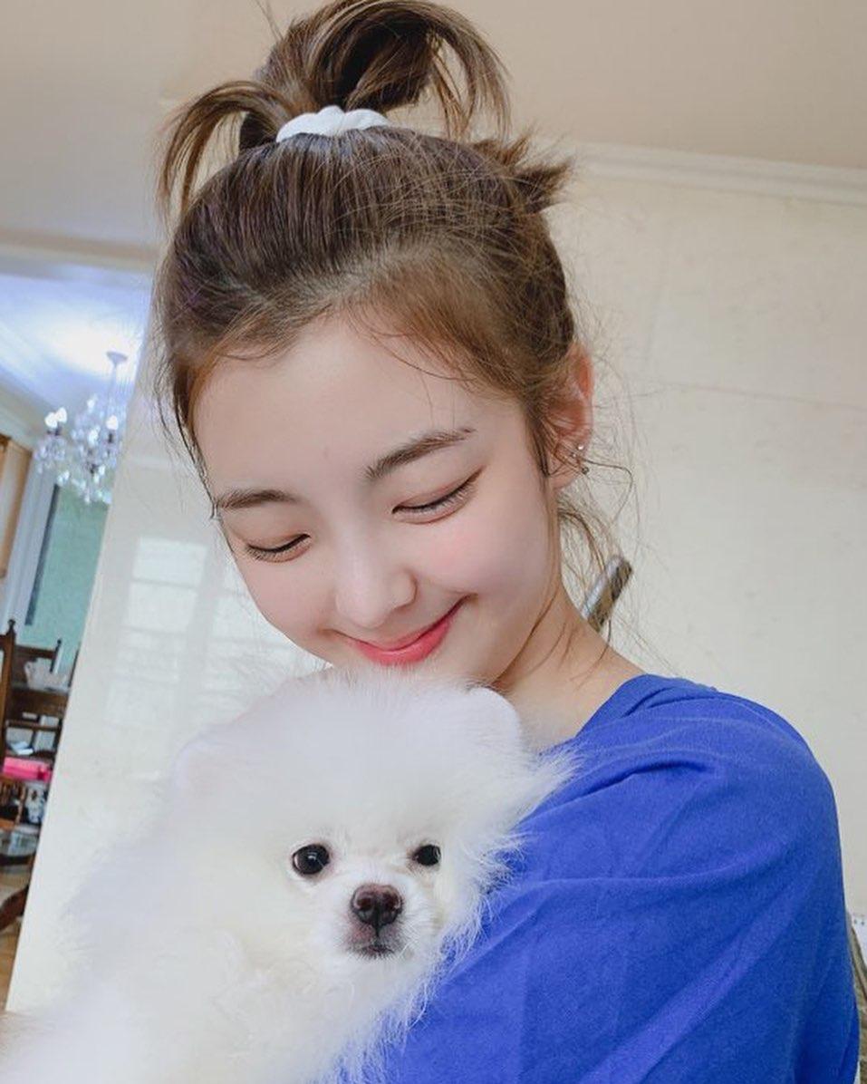 Lia (ITZY) ôm cún cưng đầy dịu dàng. Cô nàng có kiểu cười híp mắt, mặt tròn xoe cực dễ cưng.