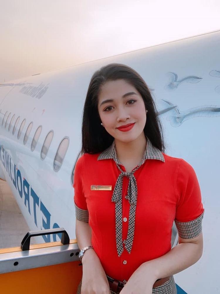 Đặng Vân Ly, sinh năm 1998 là một trong số những gương mặt nổi bật trong top 35 chung kết Hoa hậu Việt Nam 2020. Cô gái quê Hải Dương cao 1,76 m, từng tốt nghiệp ngành Quản trị Kinh doanh của Đại học Kinh tế Quốc dân. Cô là tiếp viên hàng không từ tháng 5/2019. Thích đi lại và yêu những chuyến bay, Vân Ly thử sức với công việc này.
