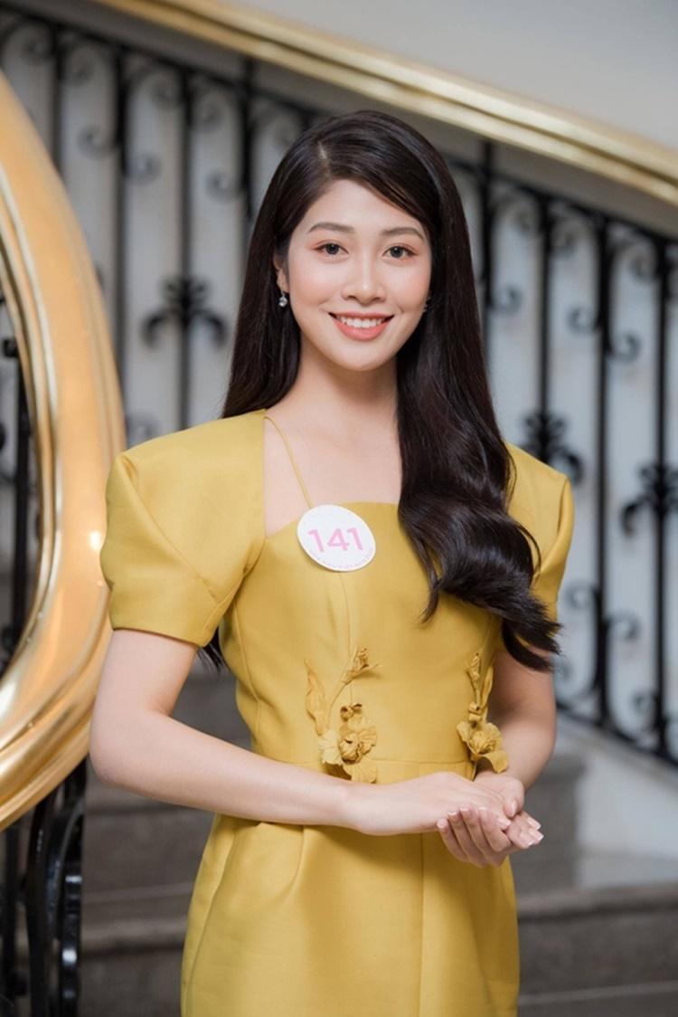 Người đẹp 22 tuổi xuất hiện với hình ảnh thanh lịch, nền nã tại buổi thi Sơ khảo. Cô gây ấn tượng với gương mặt phúc hậu, nụ cười duyên.
