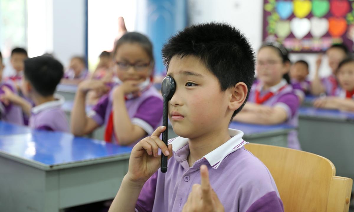 Học sinh Trung Quốc kiểm tra thị lực như một bài đánh giá để tốt nghiệp. Ảnh: IC.