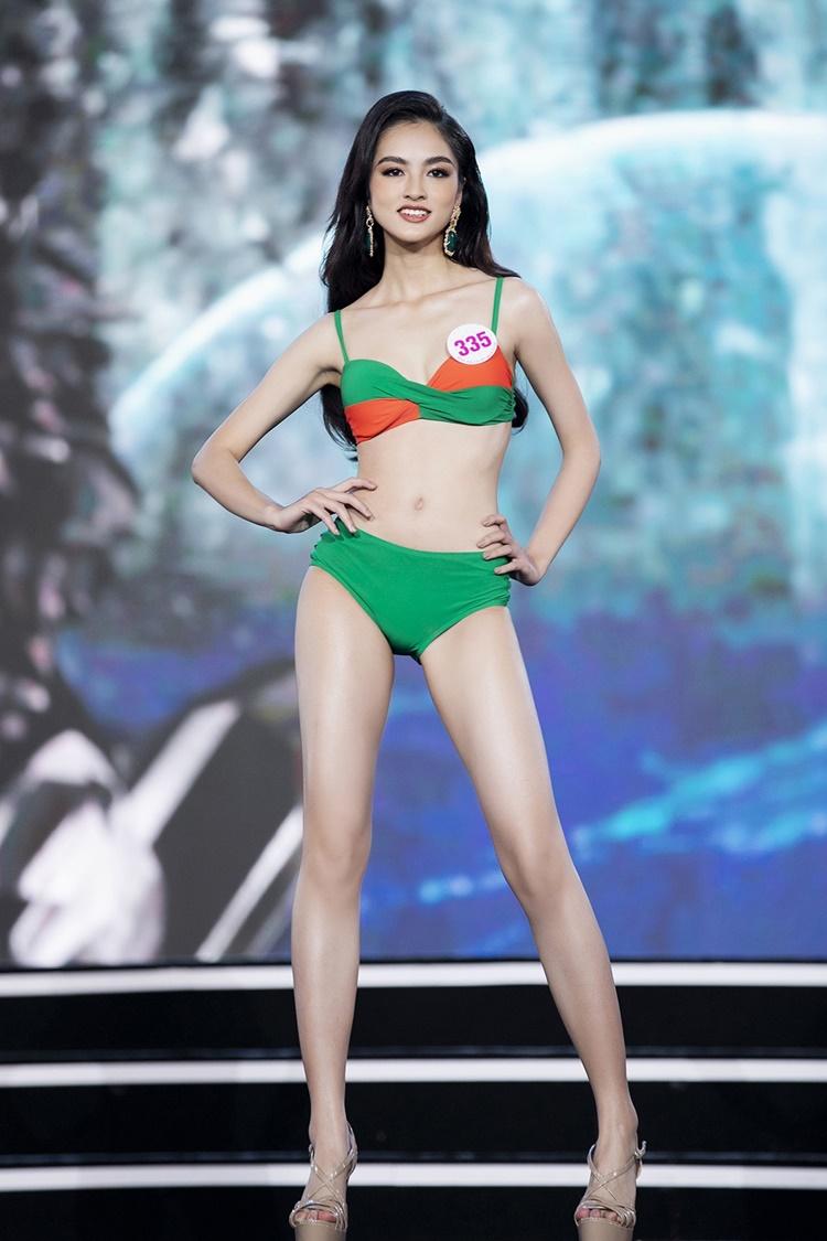 Nguyễn Hà My - Hoa khôi Đại học Ngoại thương - nổi bật với vẻ đẹp cá tính. Khuôn mặt sắc sảo của cô thu hút người đối diện. Tuy nhiên, chiều cao 1,64 m là bất lợi của cô so với 35 thí sinh vào chung kết Hoa hậu Việt Nam năm nay.