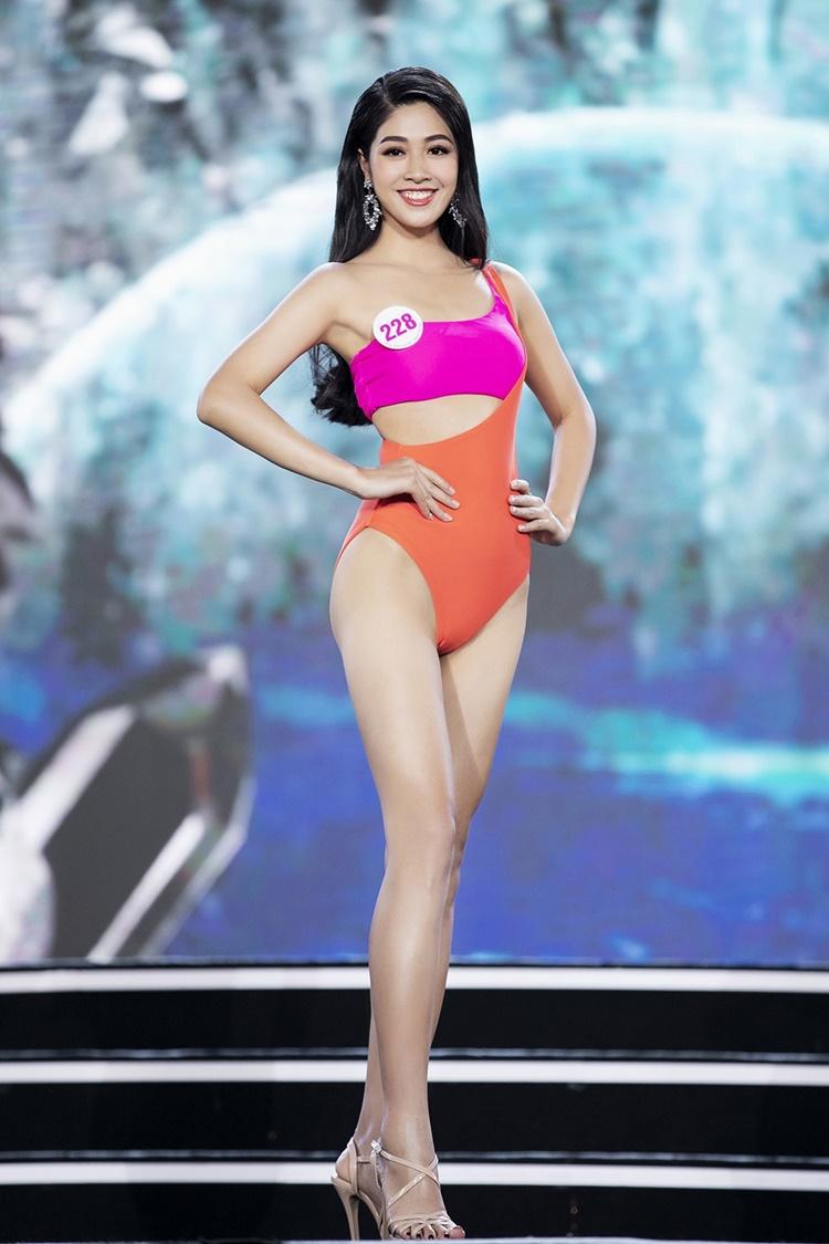 Nữ tiếp viên hàng không Đặng Vân Ly là nhân tố mới của Hoa hậu Việt Nam năm nay. Cô hoàn thành các phần thi chỉn chu. Trên sân khấu, người đẹp luôn giữ được thần thái rạng rỡ, nụ cười tươi. Cô thuộc nhóm thí sinh sở hữu vóc dáng đẹp với chiều cao 1,76 m, số đo 85-65-96 cm.