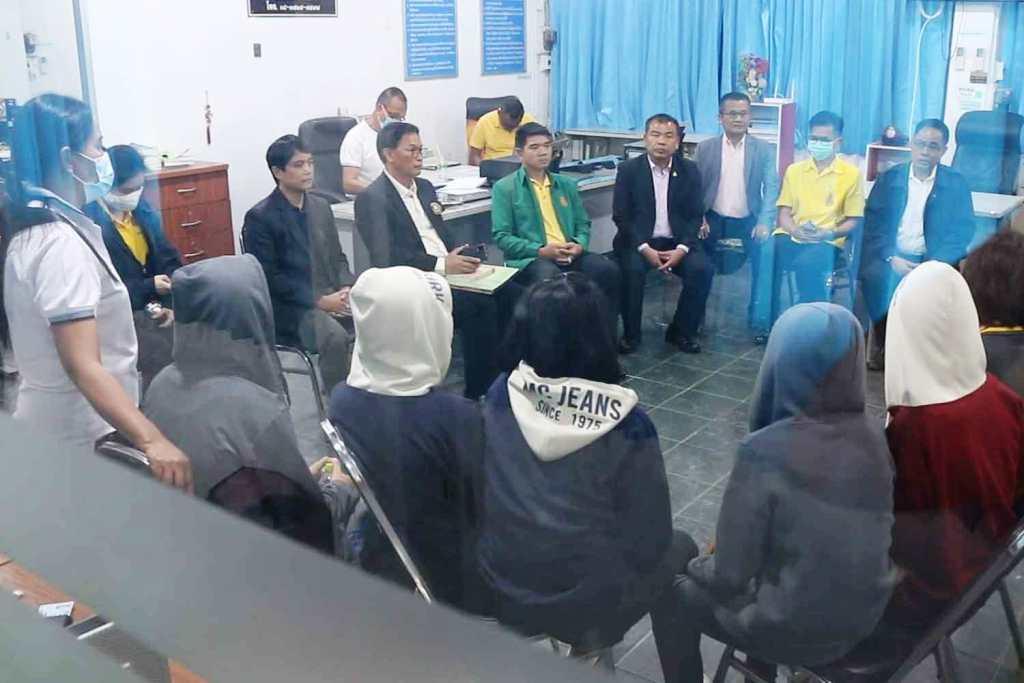 Năm nữ sinh có mặt tại Văn phòng cảnh sát huyện Ban Phai, tỉnh Khon Kaen. Ảnh: Chiangrai Times.