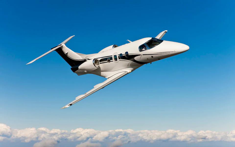 Gia đình sử dụng máy bay thuê riêng. Ảnh: Telegraph.