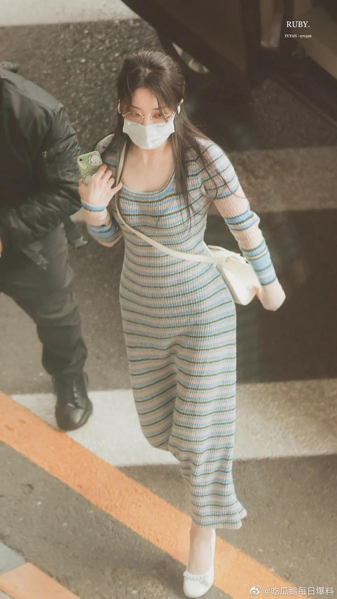 Mỹ nhân xứ Trung khoe đường cong với váy len bó sát gợi cảm. Dụ Ngôn từng lên hot search nhờ thân hình nóng bỏng.