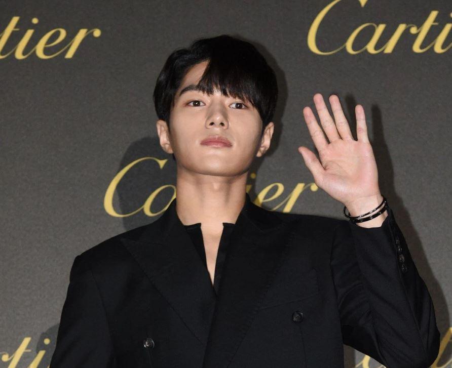 L, Cha Eun Woo, Kang Daniel: Ai đeo vòng tay chất hơn? - 2