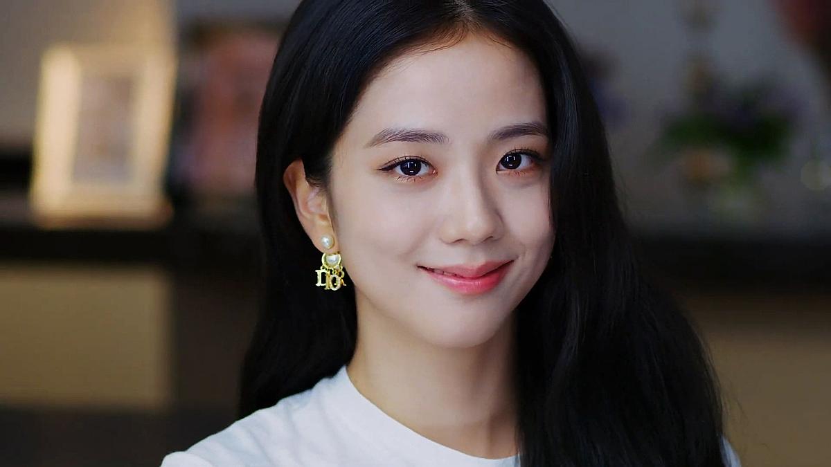 Tại buổi xem show 21SS Ready-to-Wear (online) của Dior ngày 1/10, Ji Soo cũng có ánh nhìn kém tươi như bị thiếu ngủ.