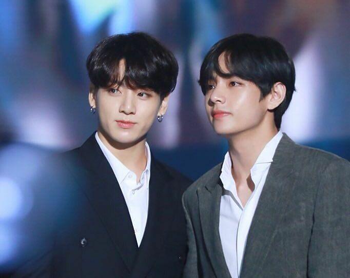 Jung Kook (trái) và V.