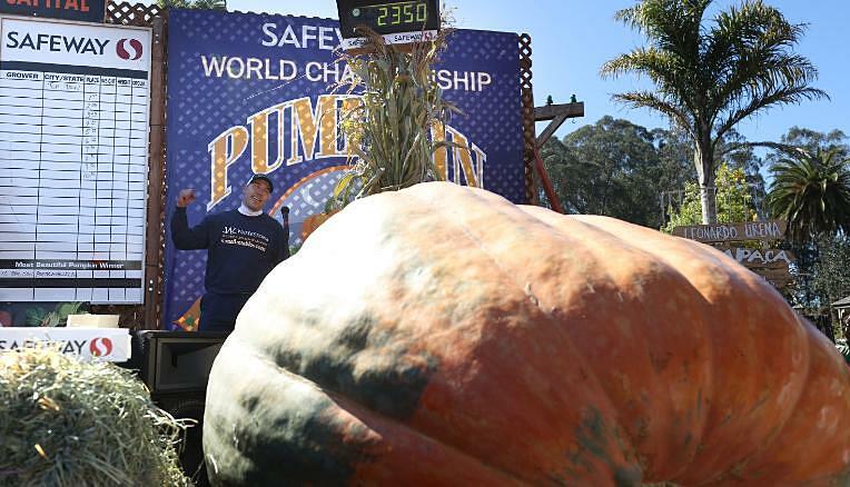 Travis Gienger, chụp ảnh tạo dáng bên quả bí ngô khủng nặng 2.350 pound. Ảnh: CNN.