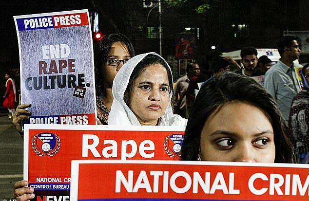 Đám đông xuống đường biểu tình, giận dữ sau vụ hiếp dâm cô gái 19 tuổi hồi đầu tháng 10. Ảnh: AP.