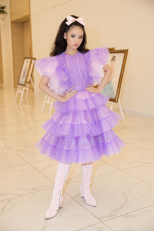 Mẫu nhí Bảo Hà đẹp rực rỡ trong bộ váy màu tím.