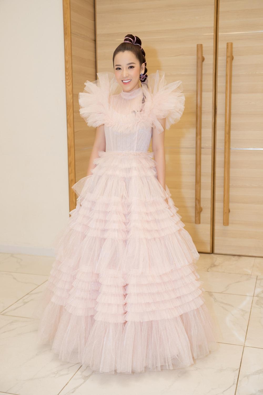 Puka hóa công chúa với màu hồng nhạt bay bổng, nên thơ.