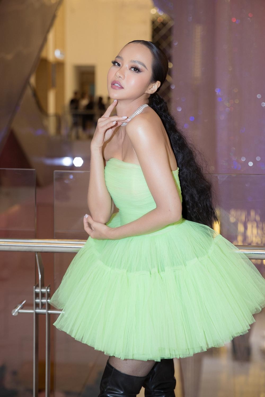 Hoa hậu Kiều Ngân cá tính hơn với bộ đầm màu xanh lá phối cùng bốt cao gót đen mạnh mẽ.